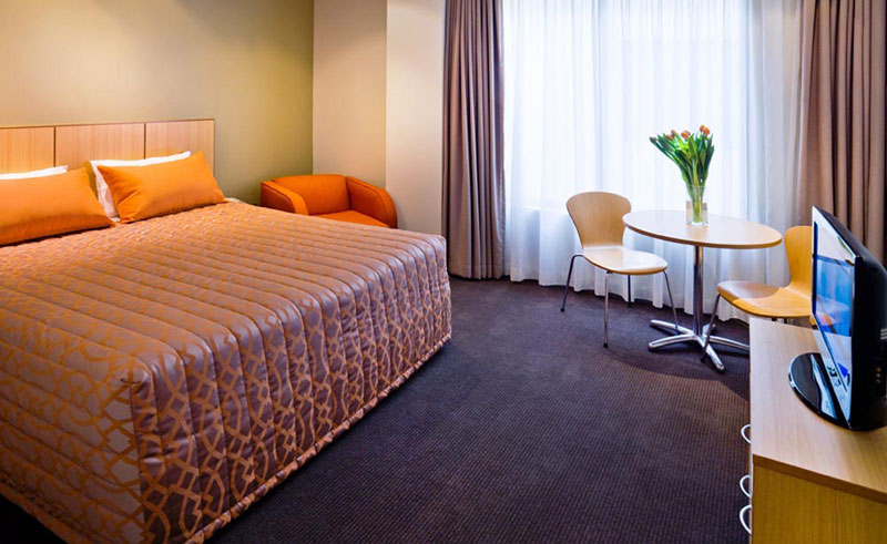 travelodge southbank guestroom