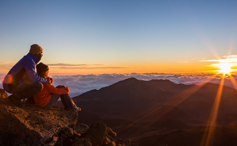 hawaii maui haleakala sunrise couple htb