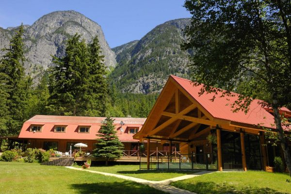 tweedsmuir park lodge exterior and grounds british columbia tpl